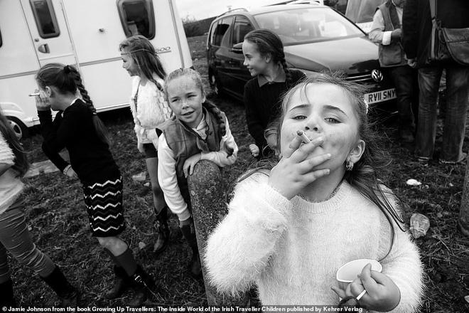 Trẻ em phì phèo điếu thuốc, make-up đậm, đeo túi hiệu và những nét văn hóa độc đáo đầy ấn tượng của dân du mục ngay giữa lòng Ireland - Ảnh 5.