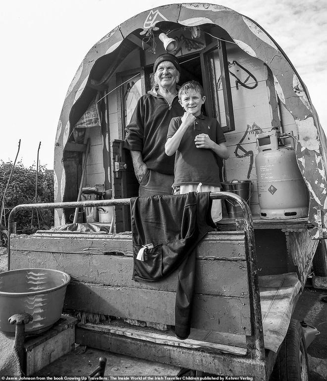 Trẻ em phì phèo điếu thuốc, make-up đậm, đeo túi hiệu và những nét văn hóa độc đáo đầy ấn tượng của dân du mục ngay giữa lòng Ireland - Ảnh 6.