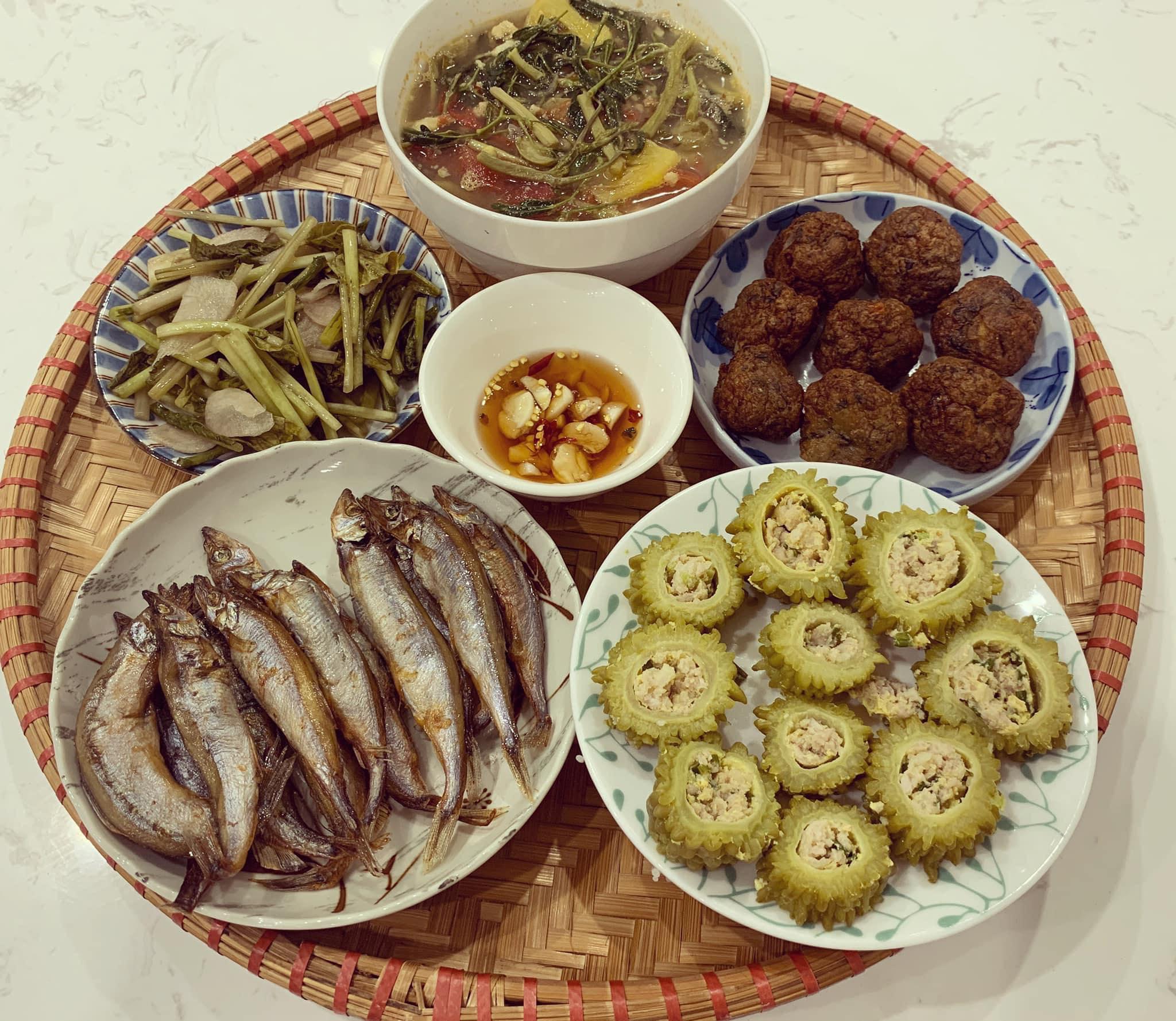 Chi phí chỉ từ 100k nhưng mỗi bữa cơm của bà nội trợ Hà Nội đều tươm tất đủ món thơm ngon, bổ dưỡng cho mọi thành viên gia đình - Ảnh 2.