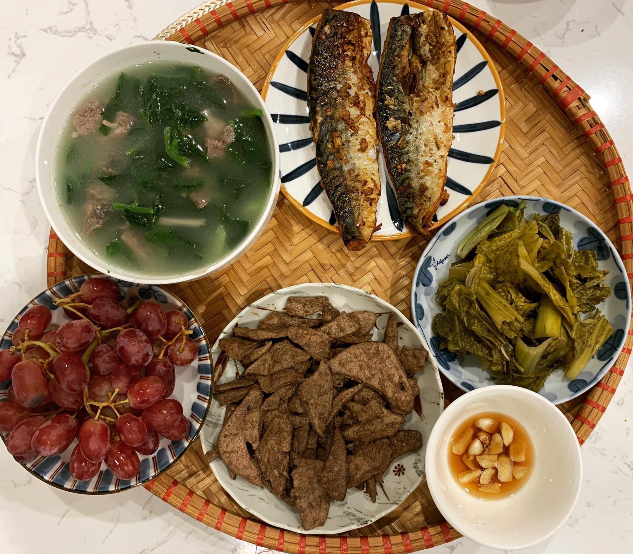 Chi phí chỉ từ 100k nhưng mỗi bữa cơm của bà nội trợ Hà Nội đều tươm tất đủ món thơm ngon, bổ dưỡng cho mọi thành viên gia đình - Ảnh 16.