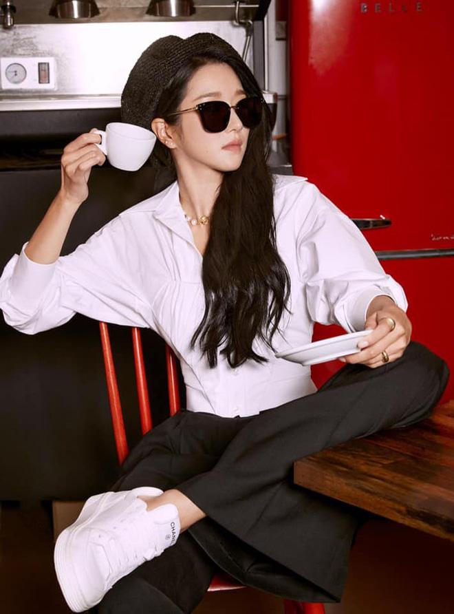"""Không hổ danh """"bà hoàng sang chảnh"""", Seo Ye Ji ăn vận kín bưng đeo kính đen sì vẫn lấn lướt vòng eo thon của Somi - Ảnh 1."""