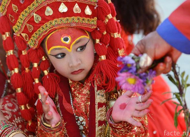 Tuổi thơ bị đánh mất của những bé gái được chọn làm nữ thần Kumari: Không được học, mất khả năng đi lại bình thường và không thể kết hôn - Ảnh 1.