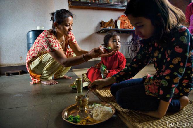 Tuổi thơ bị đánh mất của những bé gái được chọn làm nữ thần Kumari: Không được học, mất khả năng đi lại bình thường và không thể kết hôn - Ảnh 11.
