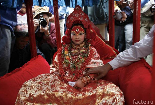 Tuổi thơ bị đánh mất của những bé gái được chọn làm nữ thần Kumari: Không được học, mất khả năng đi lại bình thường và không thể kết hôn - Ảnh 3.