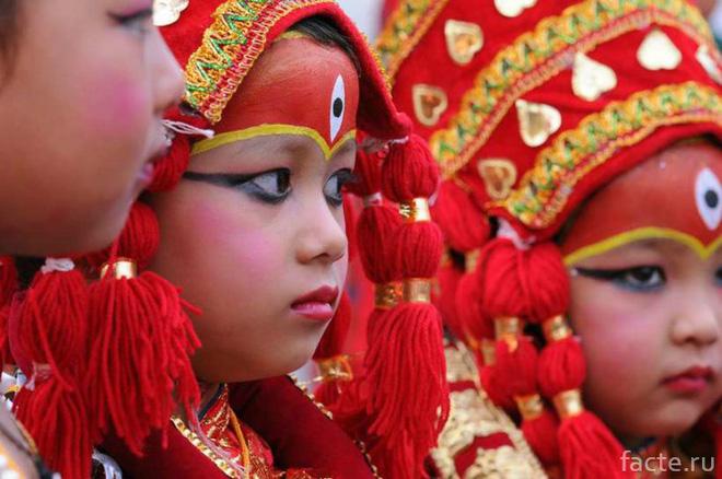 Tuổi thơ bị đánh mất của những bé gái được chọn làm nữ thần Kumari: Không được học, mất khả năng đi lại bình thường và không thể kết hôn - Ảnh 6.