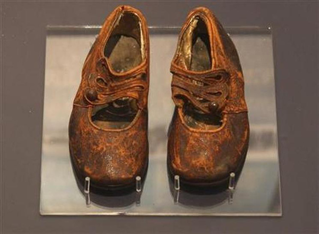 Chiếc giày nhỏ bé trong viện bảo tàng bất ngờ hóa giải mọi nghi ngờ về thi thể