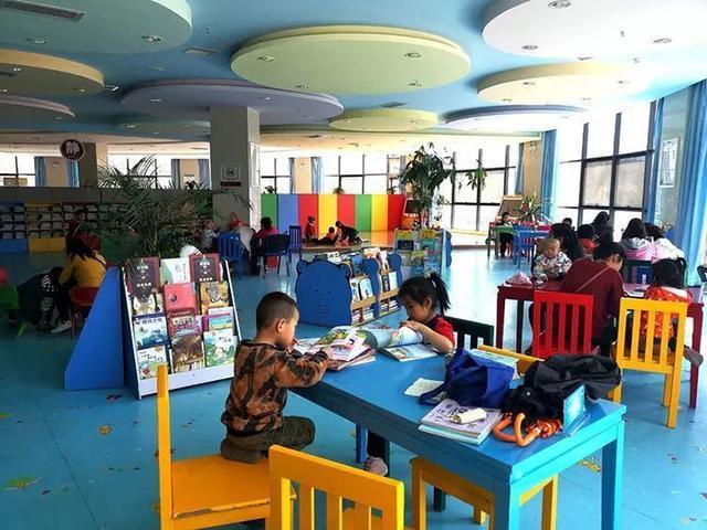 Không cần mua quá nhiều đồ chơi, cho con học quá nhiều lớp ngoại khóa, thường xuyên đưa trẻ đến 4 nơi này sẽ giúp trẻ phát triển tốt hơn mà cha mẹ thì không tốn nhiều tiền - Ảnh 2.