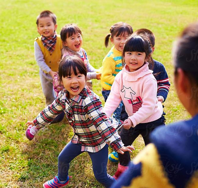 Không cần mua quá nhiều đồ chơi, cho con học quá nhiều lớp ngoại khóa, thường xuyên đưa trẻ đến 4 nơi này sẽ giúp trẻ phát triển tốt hơn mà cha mẹ thì không tốn nhiều tiền - Ảnh 3.