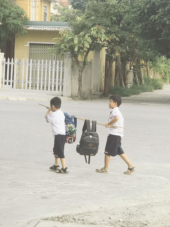 Hình ảnh hot nhất hôm nay: 2 cậu học trò nhỏ khiêng một thứ đặc biệt trên vai, dung dăng dung dẻ cười từ trường về nhà  - Ảnh 2.