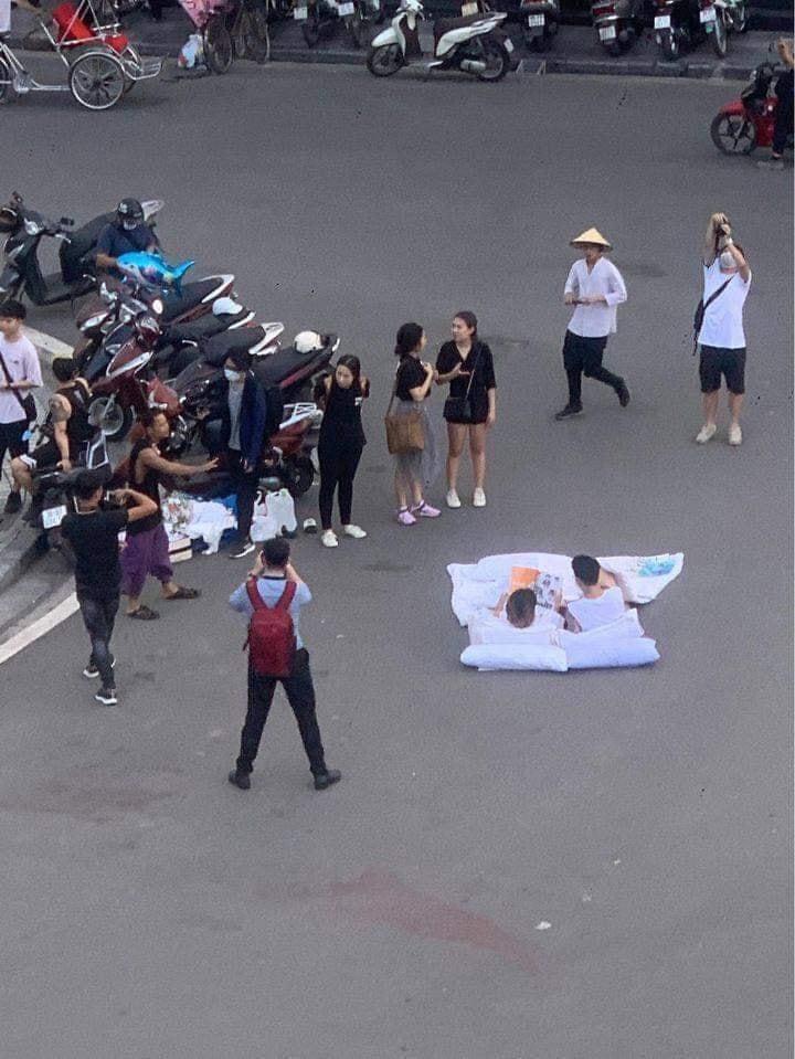 Sau bộ ảnh cặp đôi nằm chơi khắp phố phường gây sốt, tác giả bộ ảnh cho biết