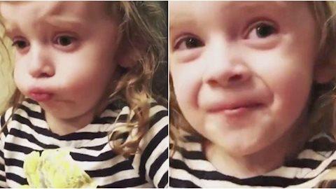 """Suýt nôn khi ăn món mẹ nấu nhưng biểu cảm """"lịch sự"""" của cô bé này xứng đáng được điểm 10 diễn xuất"""