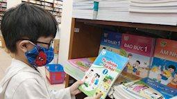 """Phụ huynh kêu than vì con """"cõng"""" trên lưng hàng chục cuốn sách: """"Lớp 1 đọc viết chưa sõi thì mua sách tham khảo để làm gì?"""""""