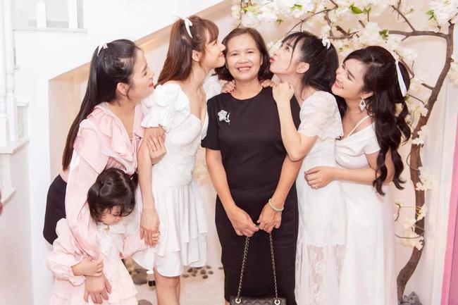 Nhã Phương đăng ảnh bên gia đình mà cộng đồng mạng lại lo sốt vó khi nhìn vào bộ phận này của cô - Ảnh 2.