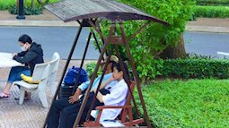 """Người cha trùm kín mũ, ngủ thiếp trên băng ghế dài ngày con nhập học: """"Ở lại ráng học nha con, ăn uống đầy đủ, thiếu gì bảo ba"""""""