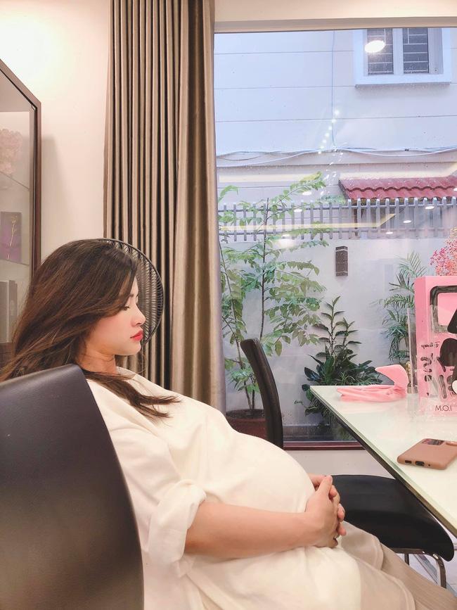 Bị chụp lén khi mang thai những tháng cuối, nhan sắc của Đông Nhi gây chú ý hơn cả chiếc bụng bầu to tròn - Ảnh 2.