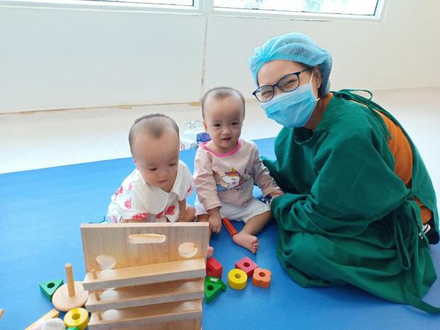 Trúc Nhi - Diệu Nhi hồn nhiên chơi đồ hàng sau 2 tháng phẫu thuật tách dính, nụ cười rạng rỡ và đáng yêu - Ảnh 1.