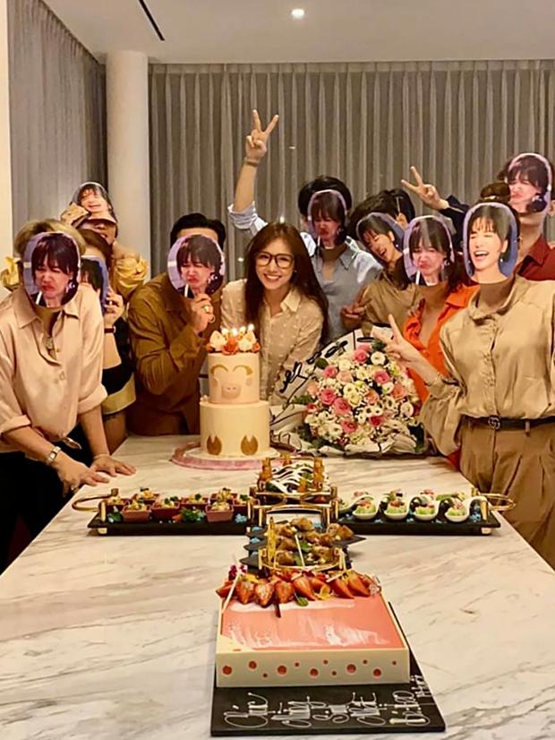 Sao Việt mở tiệc sinh nhật xa hoa nhất Vbiz: Hà Hồ - Lý Nhã Kỳ như tổ chức lễ trao giải, Ngọc Trinh khiến dân tình xịt máu mũi - Ảnh 20.