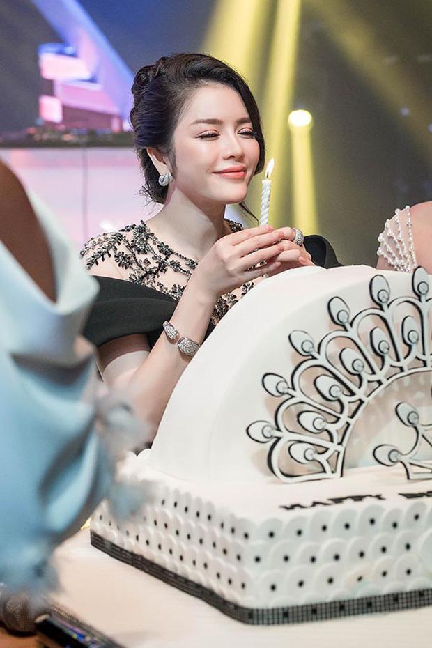 Sao Việt mở tiệc sinh nhật xa hoa nhất Vbiz: Hà Hồ - Lý Nhã Kỳ như tổ chức lễ trao giải, Ngọc Trinh khiến dân tình xịt máu mũi - Ảnh 7.