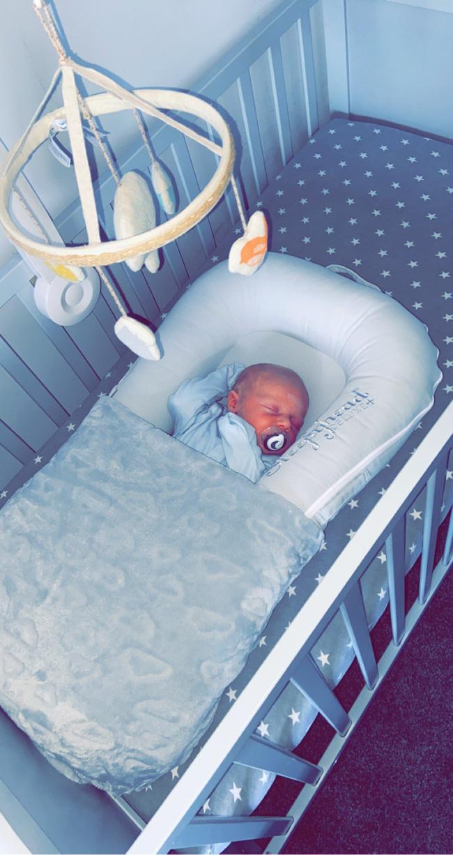Hai ngày sau khi biết mình mang thai, bà mẹ vỡ ối và hạ sinh luôn bé trai nặng 3,3kg ngay trong xe cấp cứu - Ảnh 1.