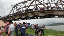 Cô gái đi xe Lead mất lái trên cầu Cẩm Lý rơi xuống sông, thanh niên dũng cảm nhảy cứu vớt nhưng đều chết thương tâm