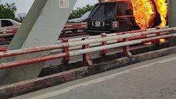 Hà Nội: Xế sang Range Rover bốc cháy ngùn ngụt trên cầu Chương Dương