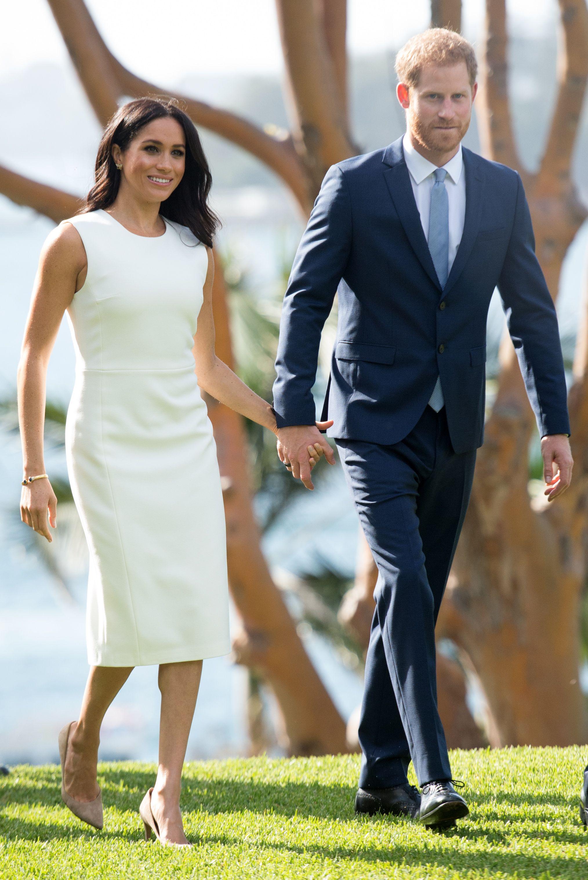 Ảnh cũ lục lại: Cùng mặc một kiểu đầm trắng, Meghan Markle bị chê khí chất