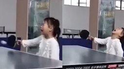 """Vừa chống nạnh vừa gào khóc, cô bé 3 tuổi khiến cộng đồng mạng chao đảo vì sự đáng yêu và kỹ năng đánh bóng bàn """"bách phát bách trúng"""""""