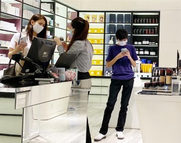 Chuyện tình đẹp giữa Viên Vịnh Nghi và Trương Trí Lâm: 27 năm bên nhau vẫn ngày ngày nắm tay cùng đi mua sắm, 12 năm che giấu sự nổi tiếng của mình với con trai - Ảnh 16.
