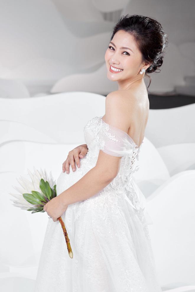 Ngọc Lan xinh đẹp rạng rỡ khi hóa thân cô dâu bầu trình diễn váy cưới  - Ảnh 2.
