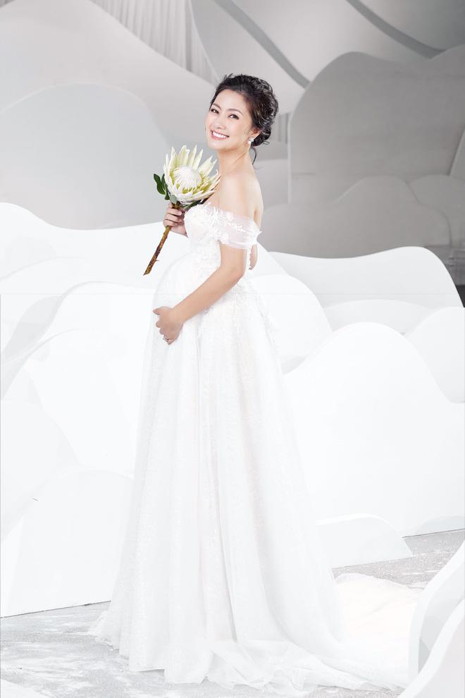 Ngọc Lan xinh đẹp rạng rỡ khi hóa thân cô dâu bầu trình diễn váy cưới  - Ảnh 1.