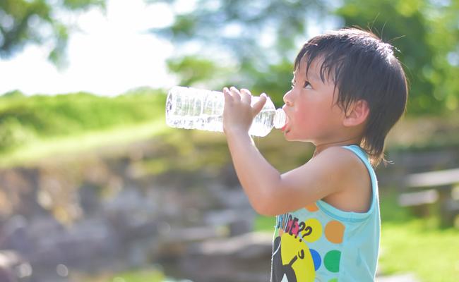 Trẻ bị tổn thương lá lách chỉ vì được cha mẹ cho uống nước sai cách vào 3 thời điểm này - Ảnh 2.
