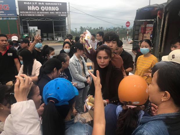 Ngay lúc này tại Huế: Thuỷ Tiên livestream phát nhu yếu phẩm, bà con vùng lũ mừng rơi nước mắt, khoản cứu trợ đã chạm mốc 10 tỷ - Ảnh 5.