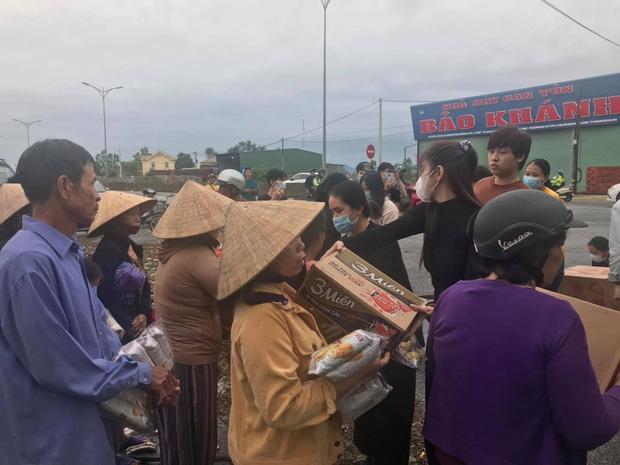 Ngay lúc này tại Huế: Thuỷ Tiên livestream phát nhu yếu phẩm, bà con vùng lũ mừng rơi nước mắt, khoản cứu trợ đã chạm mốc 10 tỷ - Ảnh 4.