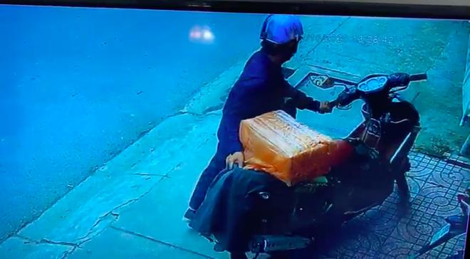 Truy xét nam thanh niên cướp 2 chiếc nhẫn trị giá hơn 100 triệu đồng ở tiệm vàng tại Sài Gòn - Ảnh 2.