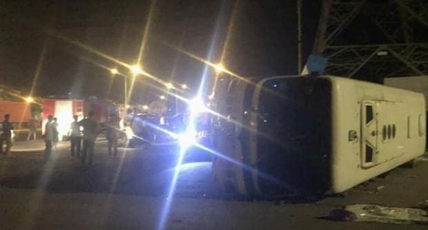 Lật xe chở công nhân tan ca khiến 1 người chết, 10 người bị thương  - Ảnh 1.