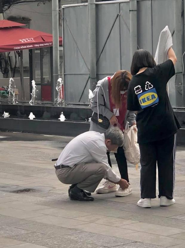 Người cha lặng lẽ cột dây giày cho con gái ngay giữa sân trường, hình ảnh xúc động nhất mùa nhập học là đây! - Ảnh 1.