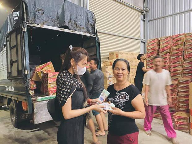 Ngay lúc này tại Huế: Thuỷ Tiên livestream phát nhu yếu phẩm, bà con vùng lũ mừng rơi nước mắt, khoản cứu trợ đã chạm mốc 10 tỷ - Ảnh 6.