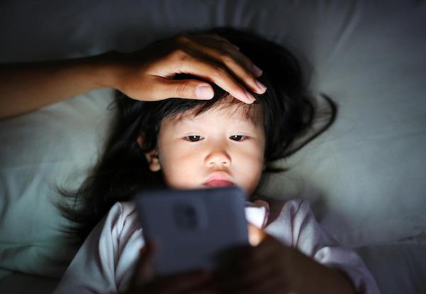 Con gái 10 tuổi cứ nửa đêm lại lẻn ra phòng khách ngủ, mẹ vừa kiểm tra camera đã