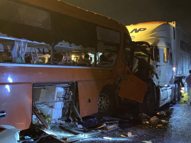Ô tô khách va chạm kinh hoàng với xe đầu kéo, 20 người thương vong - Ảnh 3.