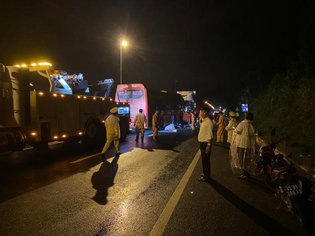 Ô tô khách va chạm kinh hoàng với xe đầu kéo, 20 người thương vong - Ảnh 2.