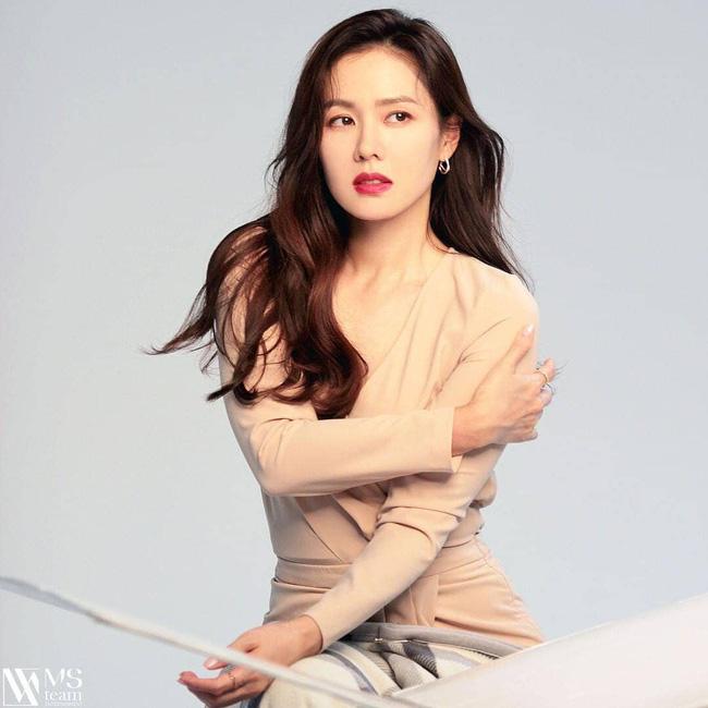 Song Hye Kyo vừa tung ảnh cận mặt đã ngay lập tức bị so sánh với Son Ye Jin, nhìn thế này thì ai nghĩ hơn tuổi? - Ảnh 4.