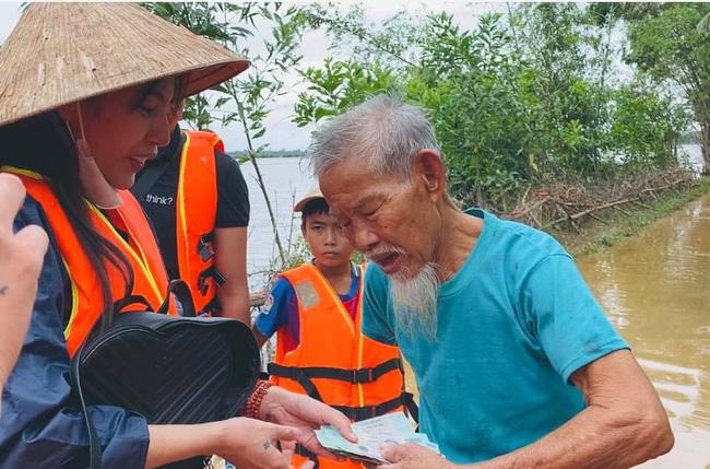"""Bị so sánh với Thủy Tiên, Trang Trần đáp trả: """"Đây làm từ thiện hàng tuần chứ không đợi lũ mới làm"""" - Ảnh 2."""