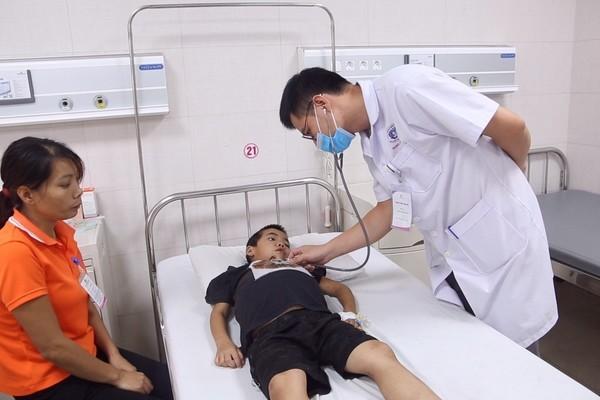 Dùng thuốc nam chữa hội chứng thận hư, bé trai 7 tuổi nguy kịch - Ảnh 1.