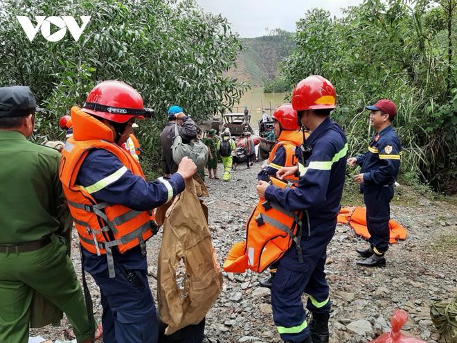 Tiếp tục tìm kiếm 16 công nhân mất tích ở Thủy điện Rào Trăng 3; 2 cano và 5 thuyền lớn ngược dòng lòng hồ thủy điện đến Rào Trăng 4 - Ảnh 2.