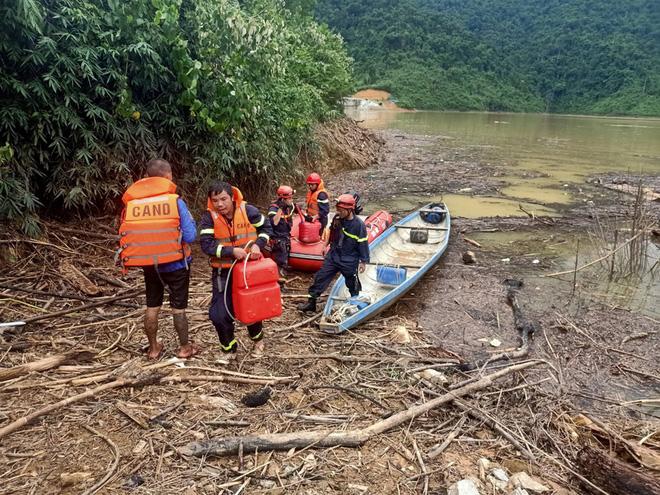 Tiếp tục tìm kiếm 16 công nhân mất tích ở Thủy điện Rào Trăng 3; 2 cano và 5 thuyền lớn ngược dòng lòng hồ thủy điện đến Rào Trăng 4 - Ảnh 1.