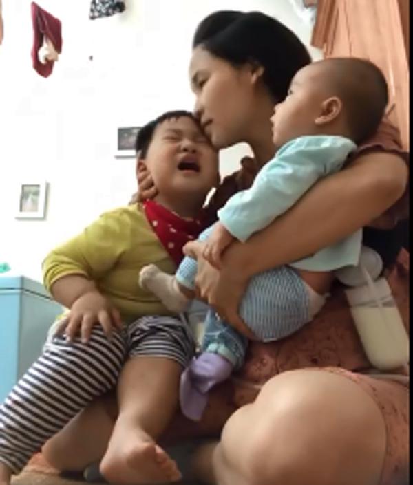Cảnh đẻ dày khiến ai xem cũng ứa nước mắt: Mẹ vừa hút sữa, vừa 1 tay bế con mới sinh, 1 tay dỗ dành con lớn - Ảnh 2.