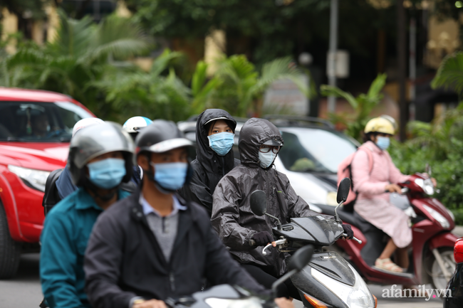 Hà Nội: Dưới tiết trời 20 độ, người dân co ro mặc áo ấm ra đường - Ảnh 2.