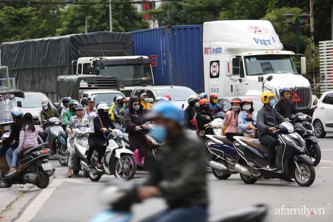 Hà Nội: Dưới tiết trời 20 độ, người dân co ro mặc áo ấm ra đường - Ảnh 6.