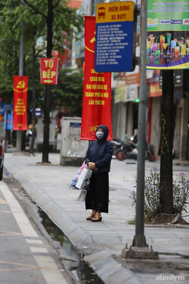 Hà Nội: Dưới tiết trời 20 độ, người dân co ro mặc áo ấm ra đường - Ảnh 7.