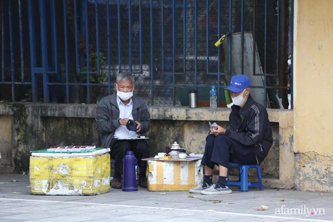 Hà Nội: Dưới tiết trời 20 độ, người dân co ro mặc áo ấm ra đường - Ảnh 9.